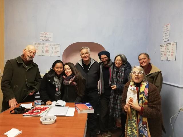 Manlio Perugini e i volontari della  Penny Wirton, scuola di italiano gratuita per migranti, di Passo Corese in provincia di Rieti